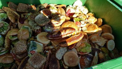 Müllcontainer voller weggeworfener Lebensmittel an einem Gießener Supermarkt