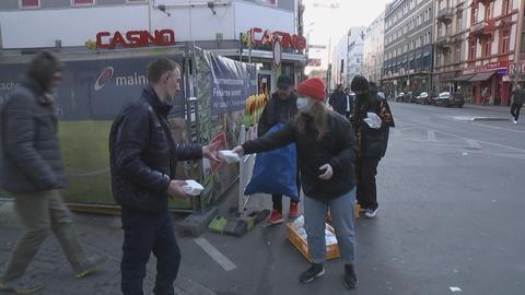 """Aktivistinnen der Initiative """"100 Nachbarn"""" verteilen belegte Brote an Bedürftige im Bahnhofsviertel"""