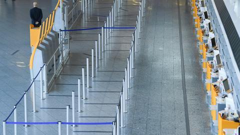 Bodenmarkierungen im Wartebereich vor den Check-In-Schaltern: Auch wenn mittlerweile deutlich weniger Passagiere am Frankfurter Flughafen starten und landen, treffen hier noch deutlich mehr Menschen aufeinander als andernorts. Auch Flugreisende Reisenden sollen mindestens eineinhalb Meter Abstand voneinander halten.