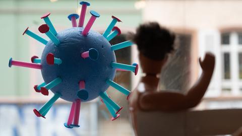Ein Coronavirus-Modell hängt in einem Frankfurter Schaufenster.