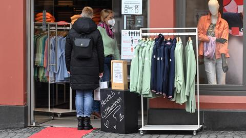 Eine Frau betritt ein Modegeschäft in Alsfeld.