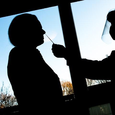 Eine Pflegekraft testet einen Bewohner auf das Coronavirus.