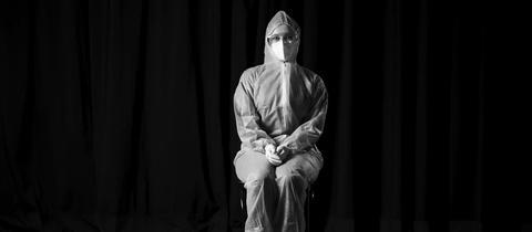 Pflegerin Livia Warch im Vollschutz-Anzug