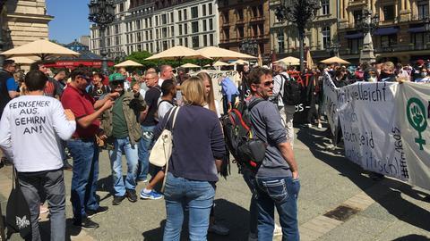 Demo von Corona-Skeptikern und Gegendemo am Opernplatz in Frankfurt