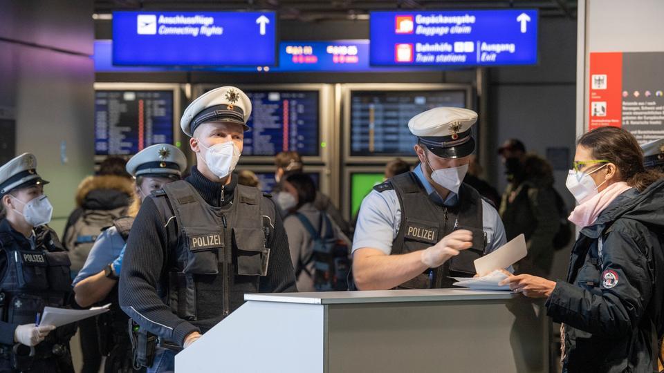 Beamte der Bundespolizei kontrollieren Testnachweise am Frankfurter Flughafen