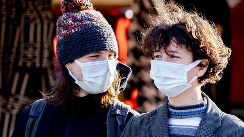 Jugendliche mit Mund-Nase-Schutz