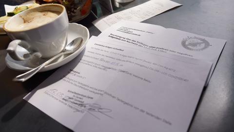 Ein Corona-Schnelltest neben einer Tasse Kaffee