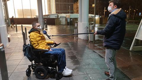 Vincent Kast, der sich eine schnellere Corona-Schutzimpfung erstritten hat, mit hr-Reporter Tobias Lübben