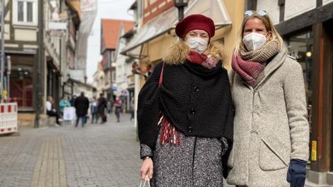 Foto von zwei Frauen mit Einkaufstüten in der Fußgängerzone von Alsfeld.