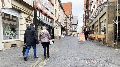 Foto von zwei Menschen von hinten in der Fußgängerzone von Alsfeld.