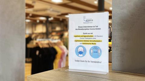 Schild in einem Geschäft in Alsfeld, welches darauf hinweist, dass nur mit einem aktuellen, negativen Covid-19-Test eingetreten werden darf.