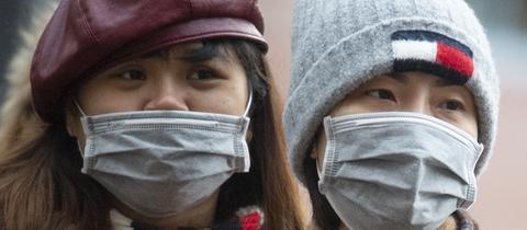 Chinesische Touristen in Frankfurt tragen Schutzmasken gegen das Coronavirus.
