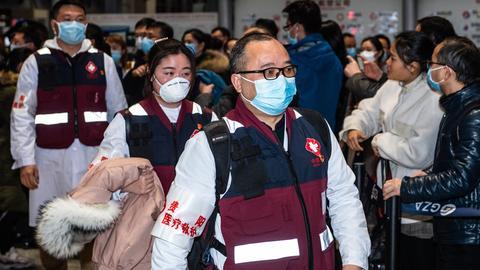 Mitglieder eines medizinischen Teams bereiten sich auf die Abreise nach Wuhan vor.