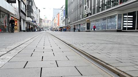 Wie leergefegt wirkt die Fußgängerzone am Vormittag in Kassel.