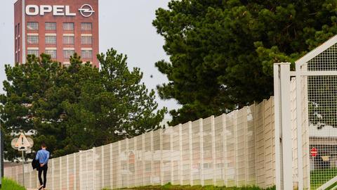 Am Dienstag schließt die Opel-Mutter PSA das Werk in Rüsselsheim. Das teilte das Unternehmen am Montag mit. PSA begründete die Entscheidung damit, dass in den vergangen Tagen ein rasanter Anstieg an Corona-Fällen in der Nähe einiger Produktionssätten beobachtet worden sei. Außerdem gebe es Schwierigkeiten mit den Lieferketten und die Nachfrage am Automobilmarkt sei rückgängig.