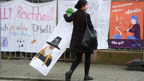 Eine Abiturientin vor der Frankfurter Musterschule auf der Suche nach einem Platz für ihr Abi-Plakat. Das Abitur fand in dieser Woche trotz Corona stat. Die Schulen waren angewiesen, die Prüfungsgruppen so klein wie möglich zu halten, am besten unter zehn Schülern.