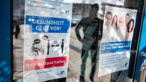Abstand halten, heißt wichtige Regeln in diesen Zeiten. An einer Behörde in Rüsselsheim hängt ein Plakat das, darauf noch einmal hinweist.
