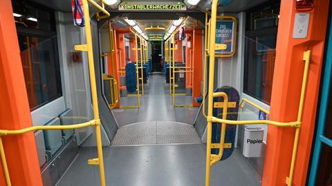 Ein fast leerer Wagen der Frankfurter U-Bahn zur morgendlichen Hauptverkehrszeit. Corona verändert Nahverkehr. In Kassel fahren Busse und Straßenbahnen seit Dienstag nach dem Sonntags-Fahrplan.