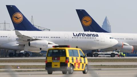 Passagiermaschinen der Lufthansa parken auf Nordwest-Landebahn am Frankfurter Flughafen. Seit Montagmorgen ist die Landebahn gesperrt und dient als Parkfläche für die Maschinen der LH-Flotte.