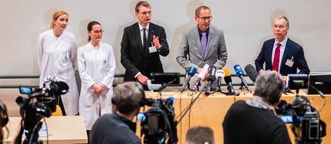 Pressekonferenz an der Frankfurter Uniklinik mit dem Leiter des Frankfurter Gesundheitsamts, Gottschalk, Hessens Sozialminister Klose und Ärzten (v.r.).