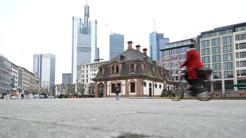 Nur wenige Menschen sind am Dienstagmorgen auf der Frankfurter Hauptwache zu sehen.