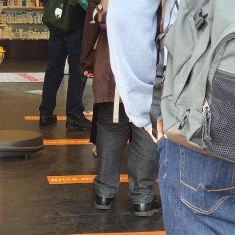 Das Gebot der Zeit: Abstand halten. Gesehen von Jürgen Eimer in einer Apotheke in Frankfurt-Bornheim.