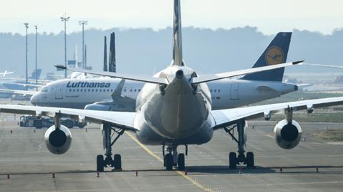 Eine Lufthansa-Maschine auf dem Vorfeld des Frankfurter Flughafens. Der Lufthansa-Konzern streicht sein Flugprogramm wegen der Corona-Krise noch stärker zusammen als bisher bekannt. Bis 19. April bleiben rund 700 von 763 Flugzeuge des Konzerns vorläufig am Boden, wie der Konzern mitteilte.