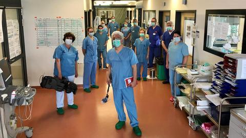 hr-Reporter Franco Foraci und Ärzte und Pfleger auf der Covid-19-Station der Uniklinik Gießen