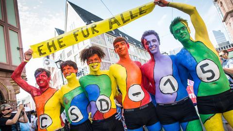 """In regenbogenfarben angemalte Männer demonstrieren für die """"Ehe für Alle"""""""