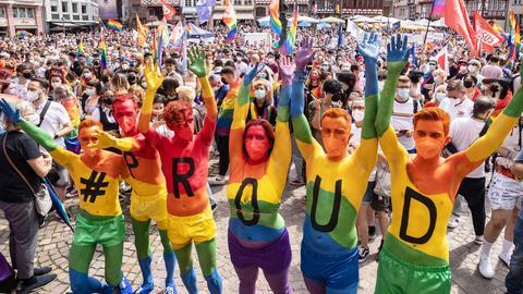 Teilnehmerinnen und Teilnehmer des CSD Frankfurt haben sich in Regenbogenfarben angemalt
