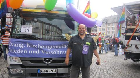 Pfarrer Nulf Schade-James vor dem LKW der Gemeinde auf dem CSD