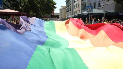 Regenbogenfahne der Frankfurter Gemeinde auf dem CSD