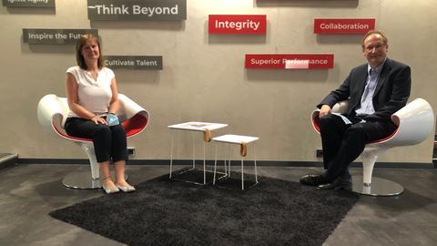 Mann und Frau auf Stühlen in Büroraum
