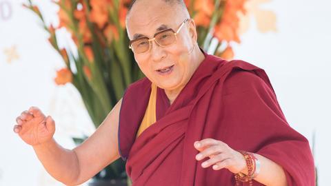 Der Dalai Lama spricht im Kurpark in Wiesbaden