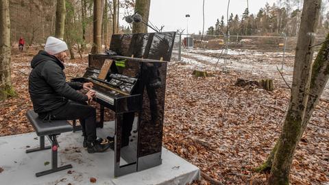 Pianist Igor Levit spielt ein Konzert im Dannenröder Forst