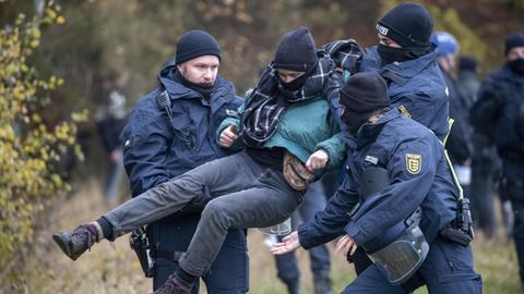 Polizei trägt einen Ausbaugegner aus dem Wald
