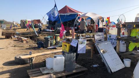 Protestplakate, Fahnen und Zelte