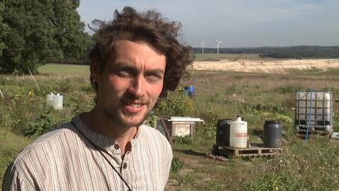 """Aktivist """"Zeder"""" auf dem Gemüsebeet der Ausbaugegner"""