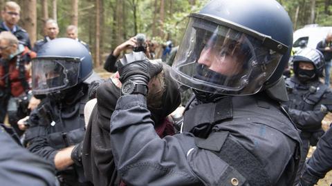 Polizisten räumen das Protestcamp an der A49