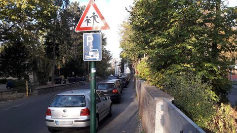 Autos parken auf einem Bürgersteig in Darmstadt
