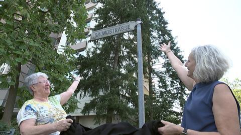 Anwohnerinnen Ingrid Maercker und Susanne Longerich vor einem Straßenschild in der Darmstädter Grundstraße