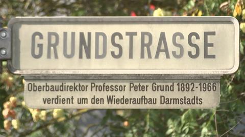 Zusatzschild zum Straßenschild in der Darmstädter Grundstraße mit Angaben zum Namensgeber