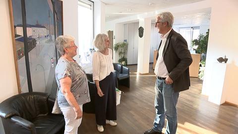 Grundstraße-Bewohnerinnen Ingrid Maercker und Susanne Longerich mit Darmstadts Oberbürgermeister Jochen Partsch