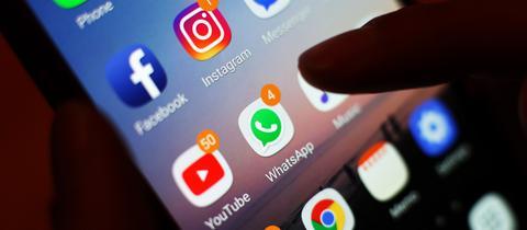 Ein Handydisplay zeigt unter anderem den Messengerdienst Whats-App an