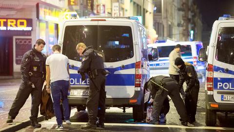 Polizisten kontrollieren mögliche Drogendealer im Frankfurter Bahnhofsviertel.