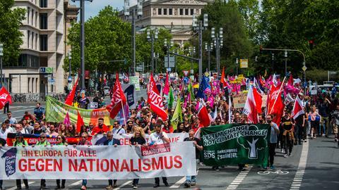 """Kundgebungsteilnehmer gehen mit einem Banner """"Ein Europa für alle: Gegen Nationalismus"""" durch Frankfurt."""