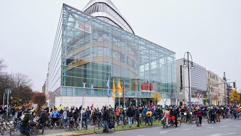 Hunderte Demonstranten vor der CDU-Zentrale in Berlin.