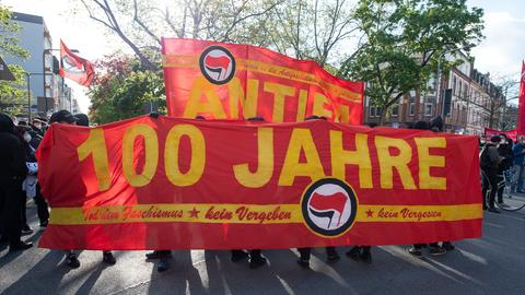 """""""Wir sind 100 Jahre Antifa"""": Banner auf der Demonstration am Freitagabend in Frankfurt"""