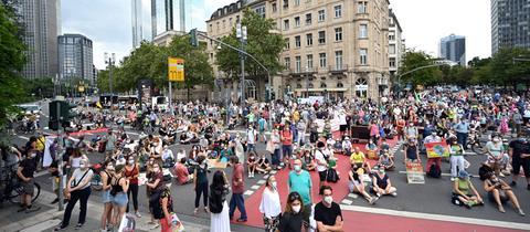 Demonstranten beim Klimastreik von Fridays for Future in der Frankfurter Innenstadt