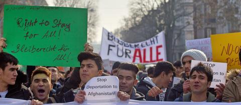 Demonstranten mit Transparenten